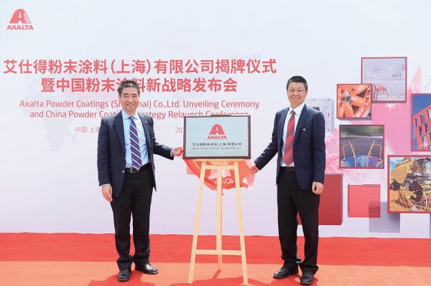 艾仕得涂料系统大中国区总裁吴春平(右)