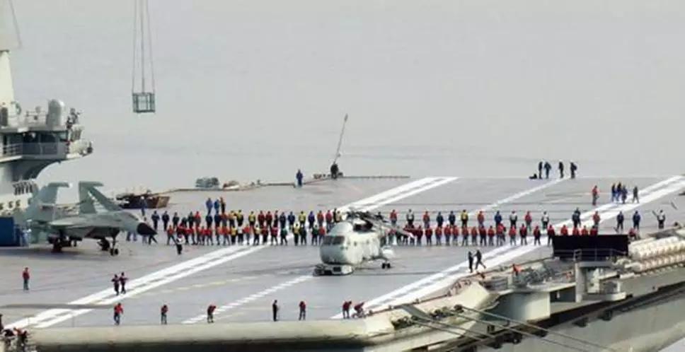 世界通行的航母甲板清理作业现场
